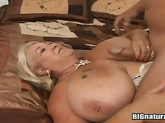 Paunchy milf Linda sucks will not hear of fuckers gumshoe together with gets